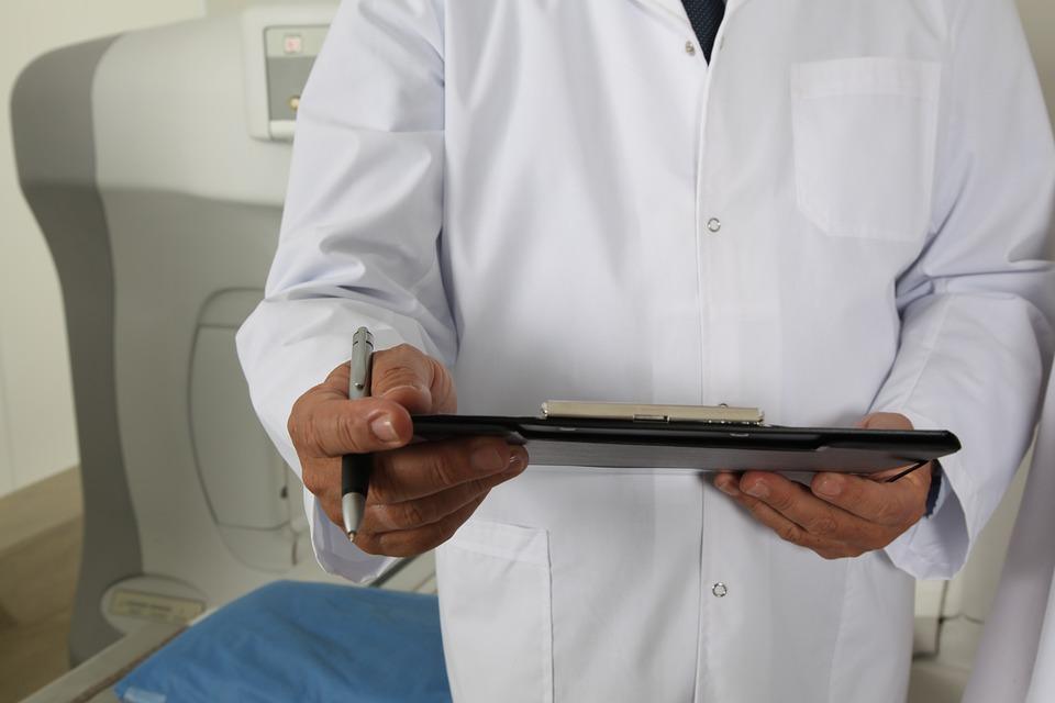 фото врач лечит папилломы