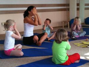 детская йога в группе
